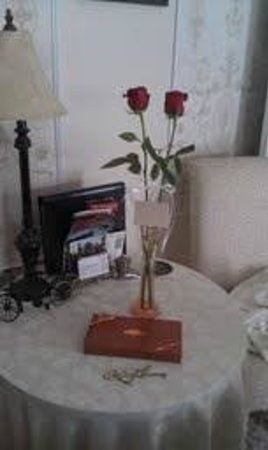 Pedal'rs Inn Bed and Breakfast : roses and chocolate in our room