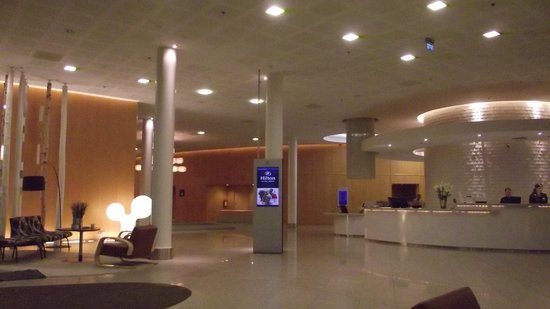 Hilton Helsinki Airport: ресепшн отеля