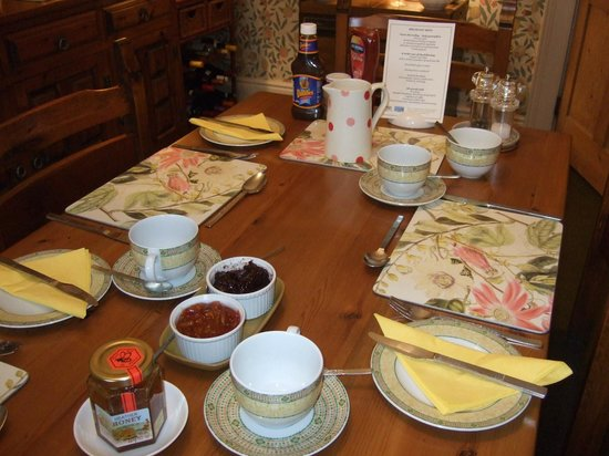 Paradise House B & B: The breakfast table