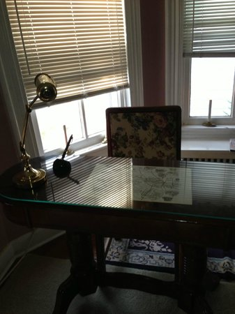 Isaac Hilliard House Bed and Breakfast: Desk on one of the bedrooms
