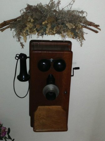 Isaac Hilliard House Bed and Breakfast: Another antique, but working phone