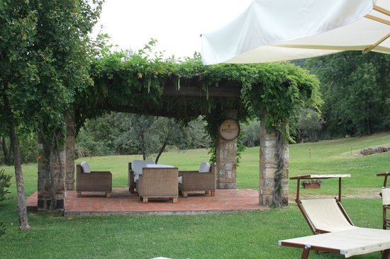 Fonte de' Medici: outdoor sitting area
