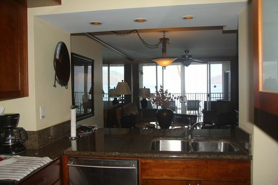 Royal Mauian: Main living area from kitchen