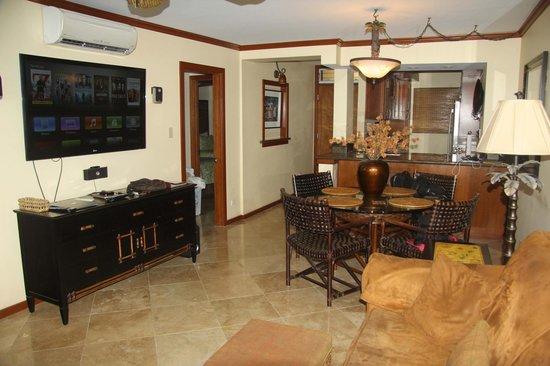Royal Mauian: Main living area