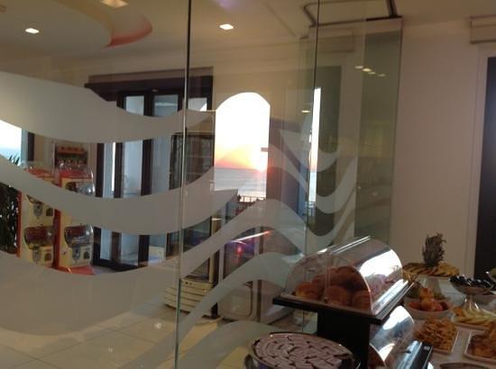 Life Hotel: ...l'alba dalla sala colazione...