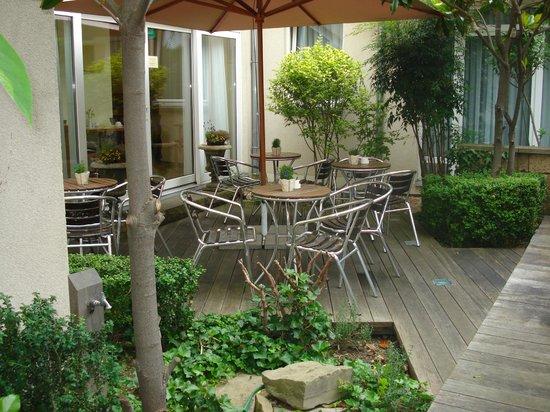Classic Hotel Harmonie : Gemütliche Ecke im Vorgarten