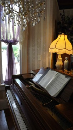Penny Farthing Inn: Piano in the Living Room