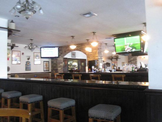 Triple Crown Irish Pub : Bar area-we sat by the pool room