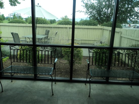 Rogue Regency Inn: Looking from the pool house towards the outdoor sunbathing area