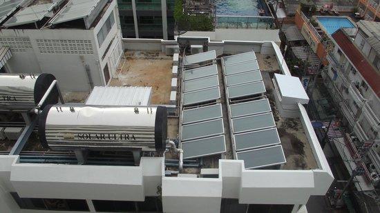 Sunshine Hotel & Residences : вид на корпус ресторана и бассейна 7 этажа с 11 этажа старого корпуса