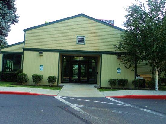 Rogue Regency Inn: The pool house