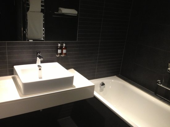 Guildford Harbour Hotel: Very nice bathroom