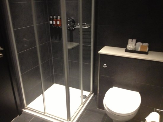 Guildford Harbour Hotel: Great shower - there was a bath as well