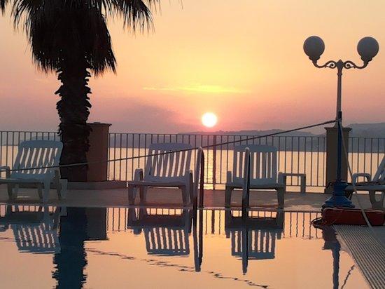 Dioscuri Bay Palace Hotel: piscina con tramonto
