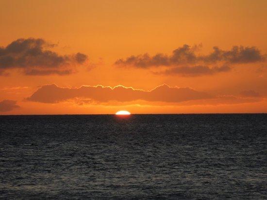 Ka'anapali Beach Club: Sunset from hotel's beach