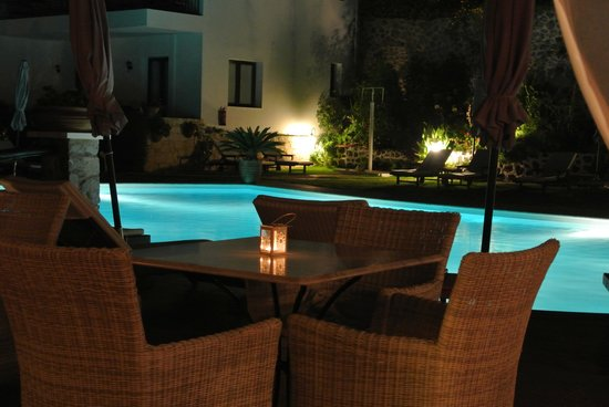 Creta Blue Suites: night view from the bar