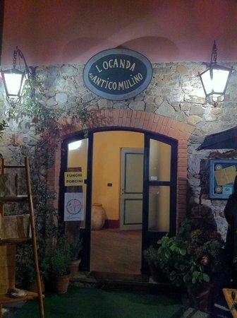 Villafranca in Lunigiana, Italy: L'ingresso sulla piazza