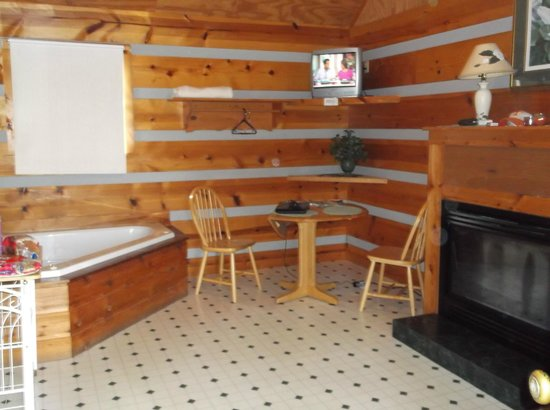 Riverside RV Park & Resort: Inside cabin