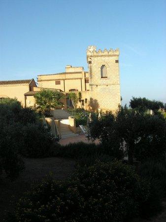 Baglio Oneto Resort and Wines: Vista del Baglio dalla piscina