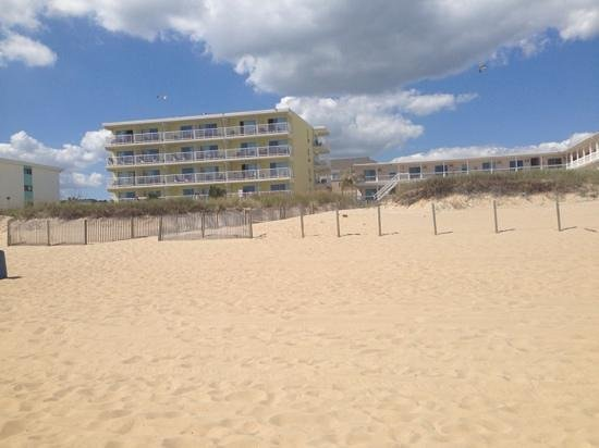 Atlantic Oceanfront Inn: view of the hotel from the beach