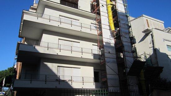 Best Western Hotel Rivoli : Front of Hotel - Rear scaffolding is worse