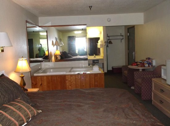 Valley Forge Inn: Large 2 person Jucuzzi in room 435