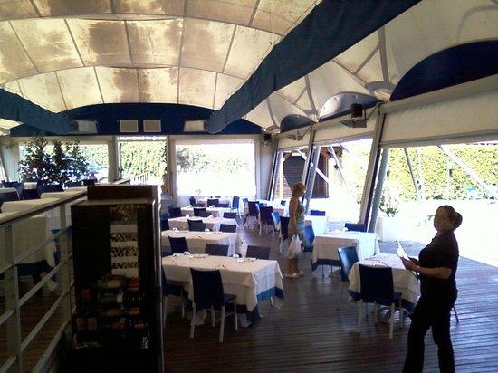 Ristorante Frontemare - Lido di Naxos : Зал-терраса под парусом