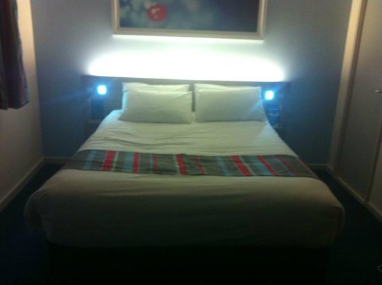 Travelodge Edinburgh Central Princes Street: Our stunning bed!