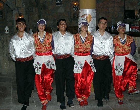 Hotel La Rosa: traditional dancers
