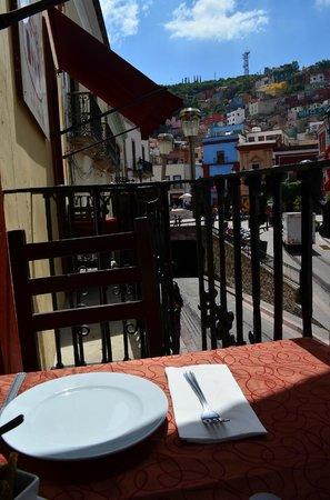 Chao Bella: Balcón con vista a la calle