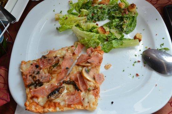 Chao Bella: Comida Dúo de 1/2 pizza y ensalada (ya está a la mitad de lo que sirvieron)