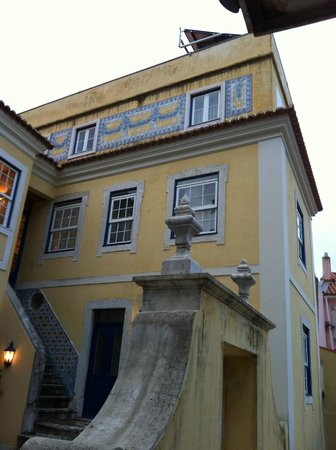 Solar Do Castelo: Room 21 is on top floor with windows on two sides.