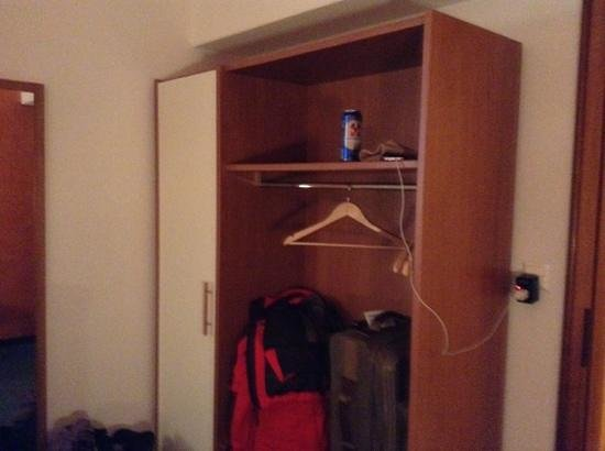Albergo Acquarello: 3 Hangers and your wardrobe.