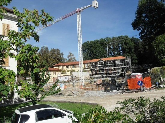 Art Hotel Varese: Building site next to the hotel