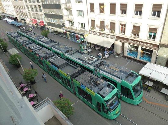 Rheinfelderhof Hotel Restaurant: Aussicht vom Zimmer auf die Straßenbahnhaltestelle