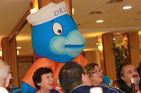 FERGUS Alcoceber: la mascota del hotel nos visitaba en las comidas