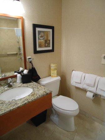 Montreal Beach Resort: Large Bathroom