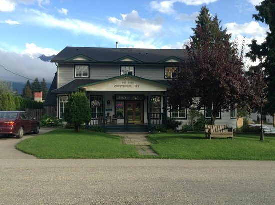Courthouse Inn Revelstoke: Courthouse Inn, from the Courthouse
