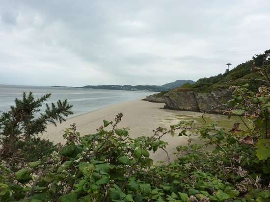 Castell Deudraeth: Beach accessible from the Village Coastal Walk