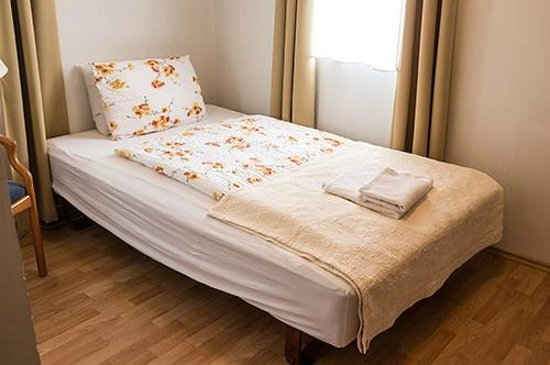 Hotel Laxnes: Single bed, limited bedding, no bedside cabinet