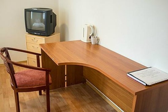 Hotel Laxnes: Desk, chair and TV