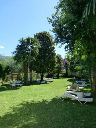 Villa Nicolli Romantic Resort: sunbathing garden - looks onto vineyards