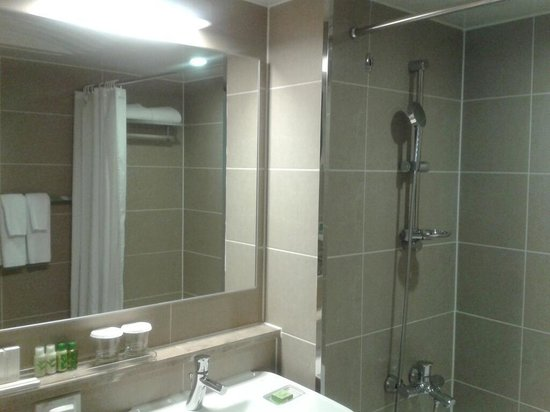 The Grand Hotel Myeongdong: Bathroom is drab & dull, but it is very clean.