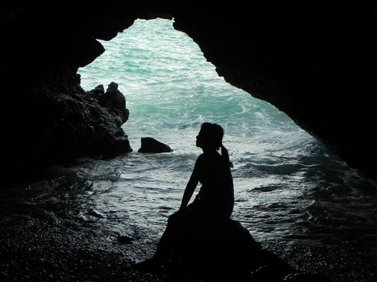 Wai'anapanapa State Park: Silhouette inside the cave, so pretty.