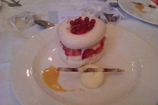 Western House Hotel : Strawberry pavlova - wedding meal