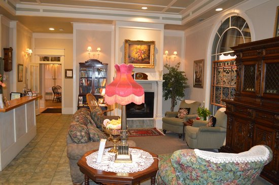 Hotel DeFuniak: Hotel Lobby with Breakfast Dining Room entrance in distance