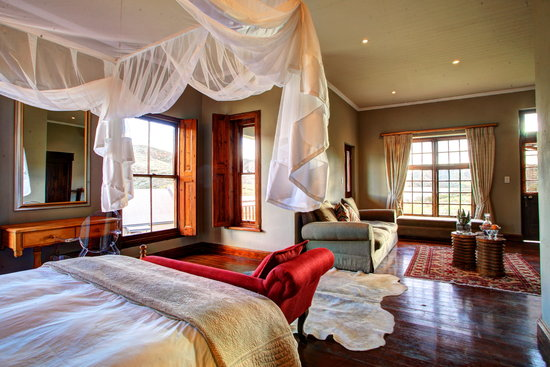 Madi-Madi Karoo Safari Lodge: Luxury Suite bedroom and lounge