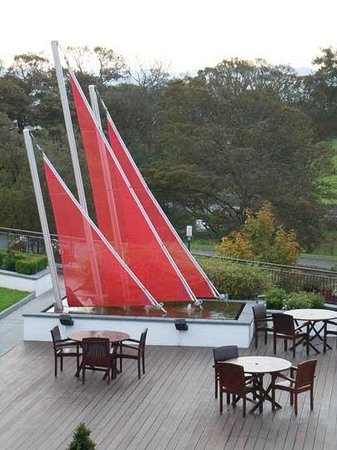 Radisson Blu Hotel & Spa, Sligo: Decking area - great place to eat in the sunshine