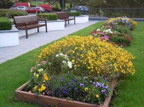 Radisson Blu Hotel & Spa, Sligo: Beautiful flower bed at the front of the hotel