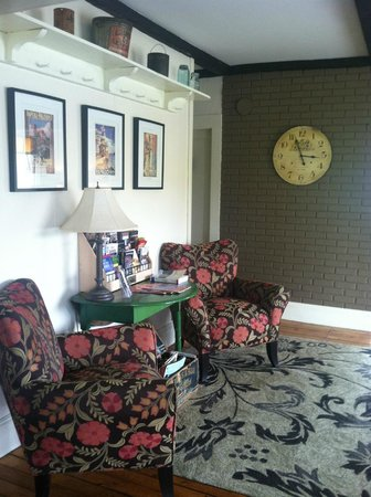 Halladay's Harvest Barn Inn: One of several inviting lounging areas